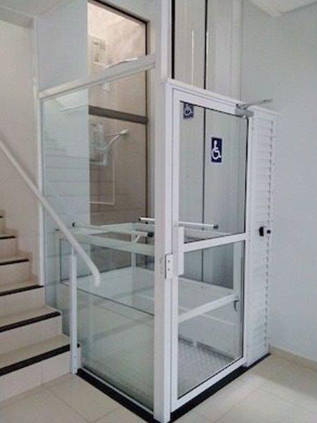 Limpeza interna de elevadores